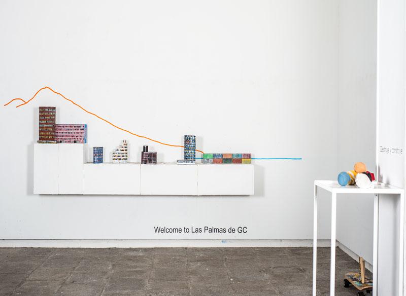 CAYETANA H. CUYÁS  - DESTRUYE Y CONSTRUYE. WELCOME TO LAS PALMAS DE GC - 2018 PROPUESTA INTERACTIVA 6 edificios & 10 contenedores Acrílico sobre hierro