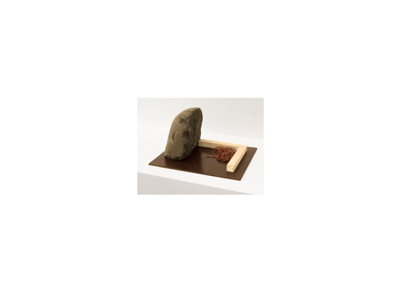 Jesús Matheus Pequeño monumento/Tectónico II 2017 Piedra, madera intervenida, hilo encontrado. - 22x22x27 cm.