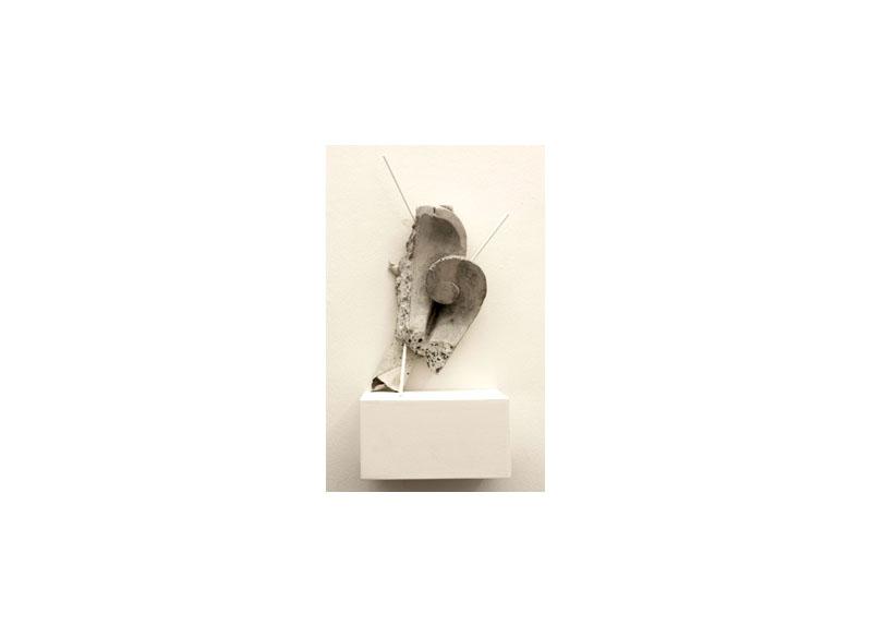 Jesús Matheus Venus de Triana 2017 Cemento, varillas de aluminio laqueado, madera, lienzo intervenido. - 32x30x25 cm.
