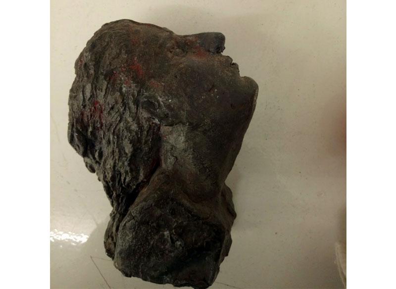Juan Bordes - Cabeza femenina fundida en plomo, 15x11x07 cm. Pieza única. (2.350.- €)
