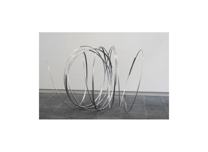 Juan E. Correa Sin título 2013 Barra maciza de aluminio y pintura.- 119 x 180 x 136 cm