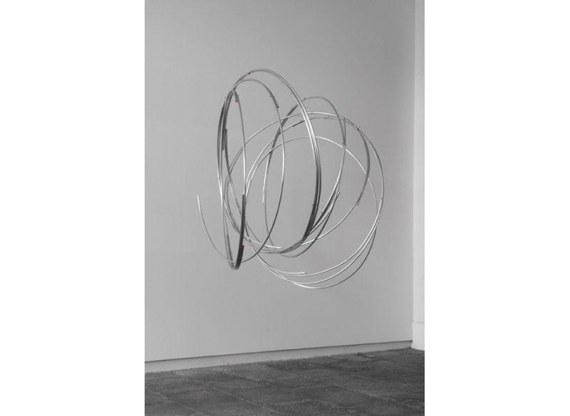 Juan E. Correa Sin título 2013 Barra maciza de aluminio y pintura.- 130 x 125 x 150 cm